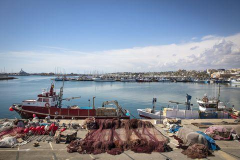 barcos pesqueros en el puerto de vilanova i la geltrú, barcelona