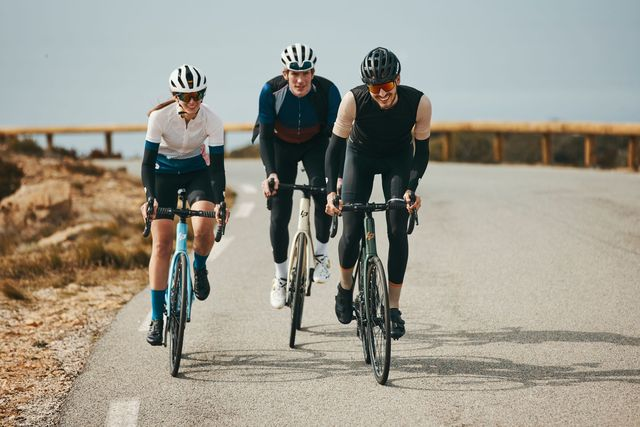twee mannen en een vrouw op een wielrenfiets
