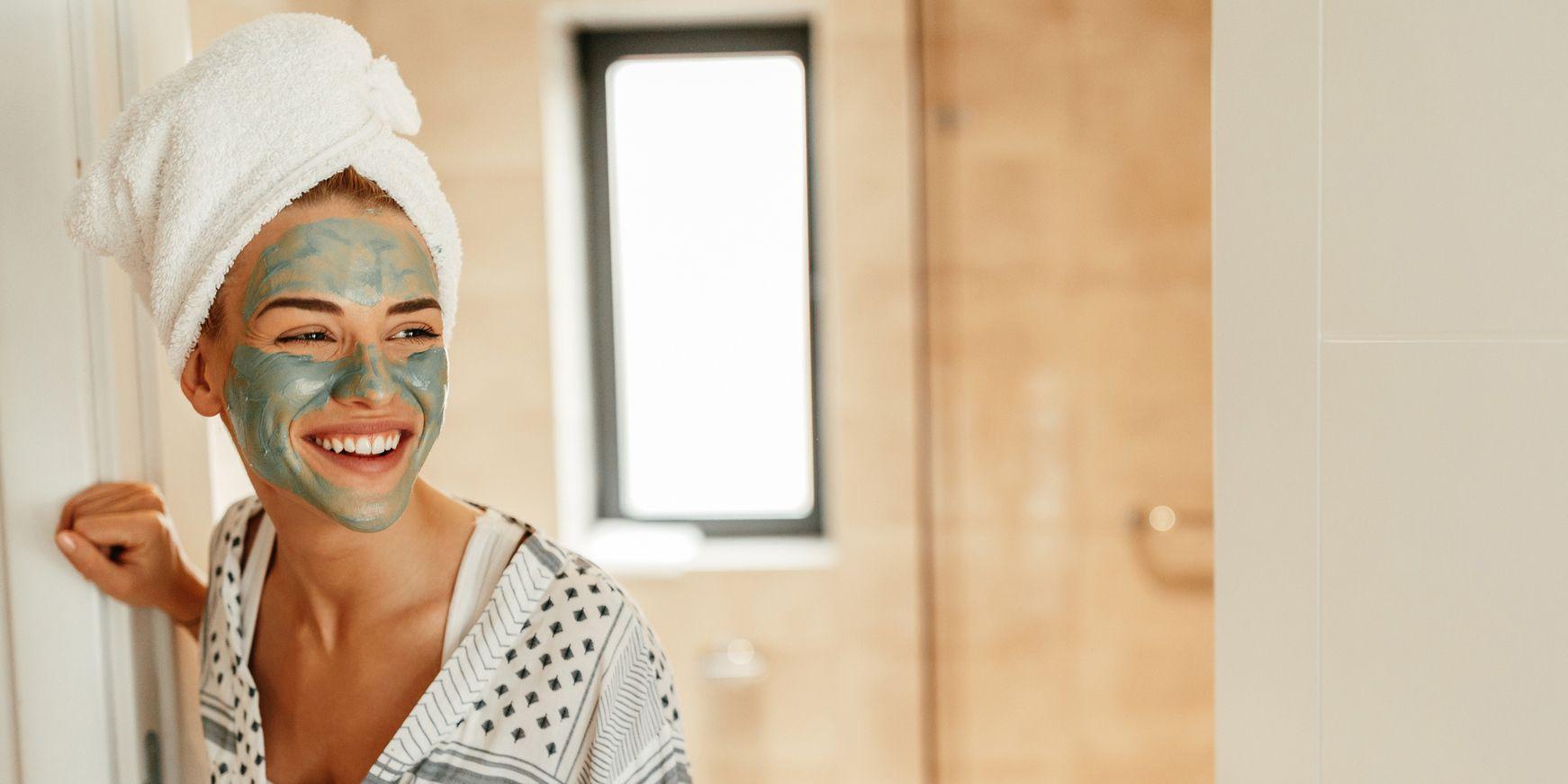 Una ragazza in bagno fa una maschera per eliminare i punti neri