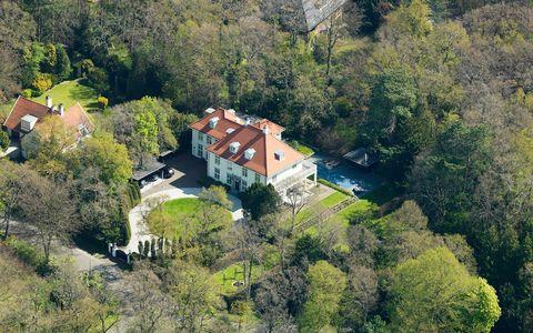 luchtfoto van de villa van de cfo van action, het oude huis van albert heijn in aerdenhout