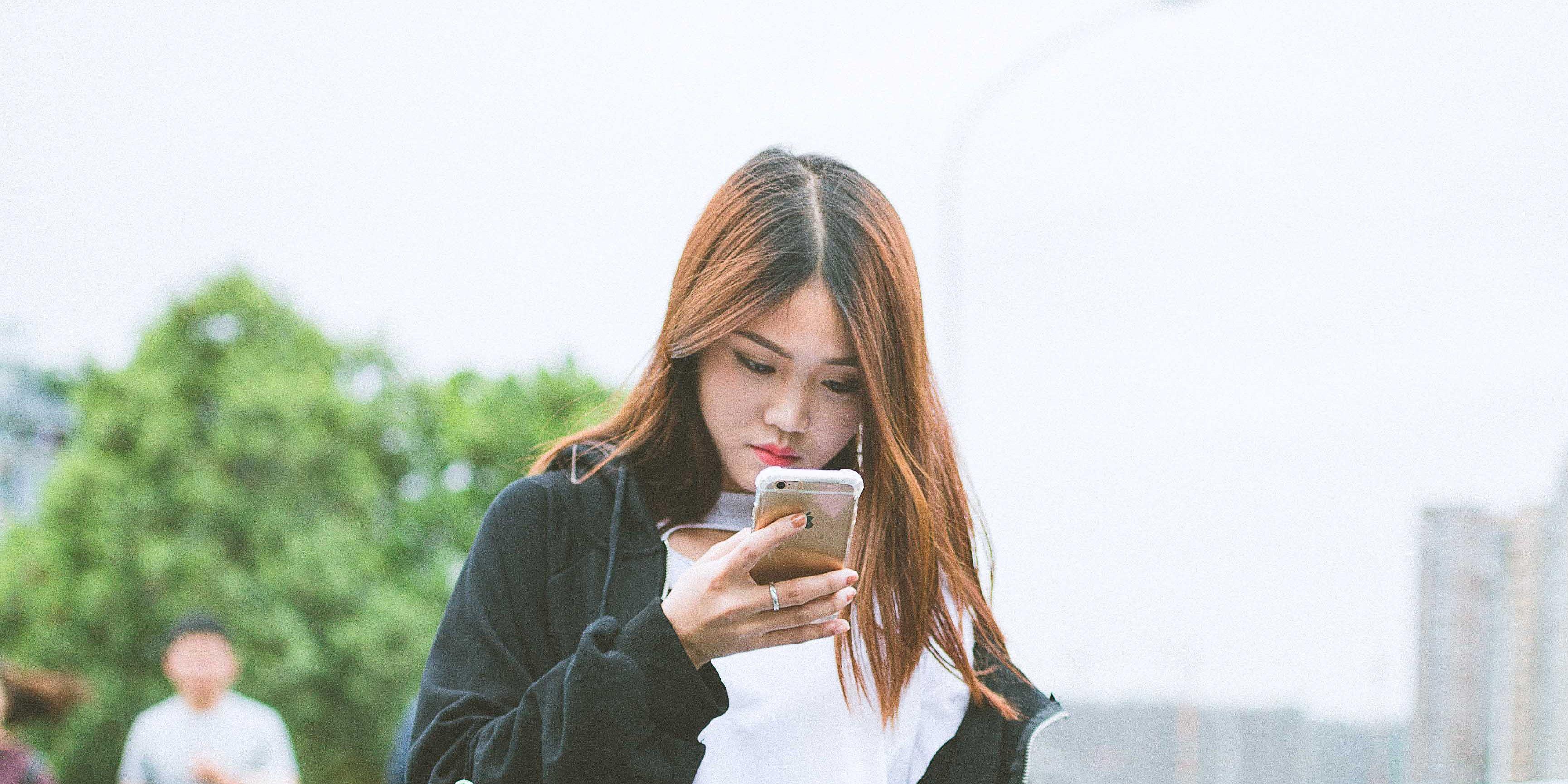 Emoji-vrouwen-telefoon