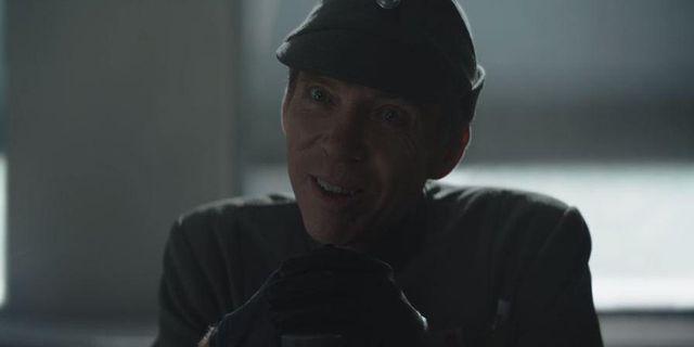 un oficial imperial en una escena del episodio 7 de la temporada 2 de la serie de disney  the mandalorian