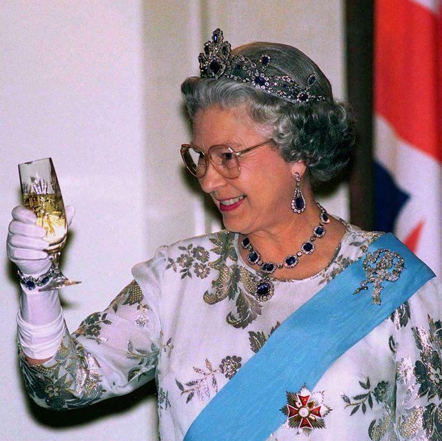 エリザベス女王 シャンパングラス