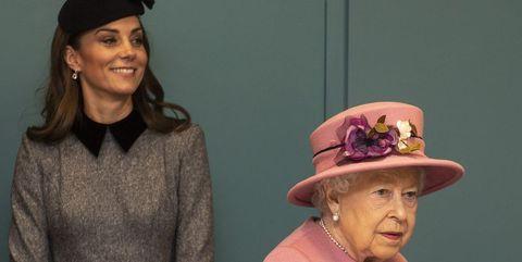 キャサリン妃、結婚記念日にエリザベス女王から勲章を授与される