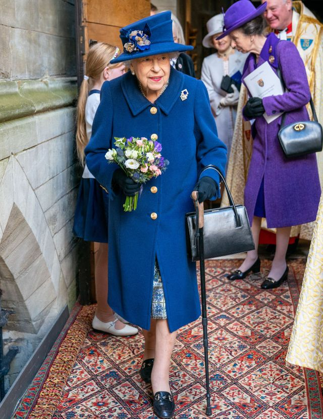 杖を持つエリザベス女王