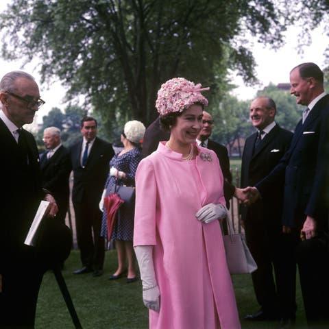 Royalty - Queen Elizabeth II Visits Royal Hospital Garden Party - Chelsea, London