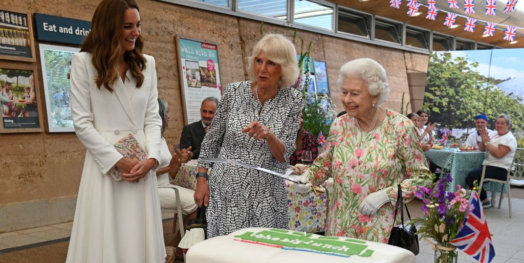 queen elizabeth ii considers cutting a cake with a sword news photo 1623444977 jpg?crop=1 00xw:0 753xh;0,0 0360xh&resize=1200:*.