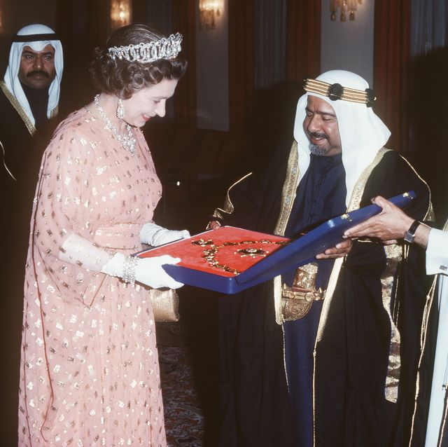queen elizabeth ii gets a gift on a  visits the middle east
