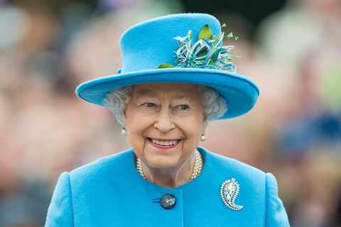la reine, duc d'edimbourg, prince de galles duchesse de cornouailles visite poundbury