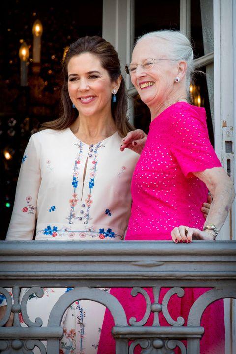 la princesa mary de dinamarca y la reina margarita de dinamarca juntas en 2018 durante la celebración del 50 cumpleaños del príncipe federico de dinamarca