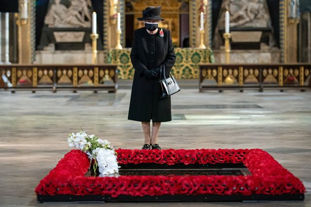 the queen marks the centenary of the burial of the unknown warrior