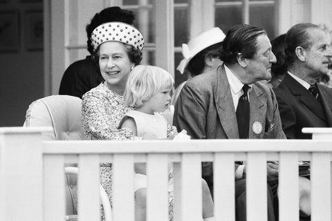 queen elizabeth with grandchildren