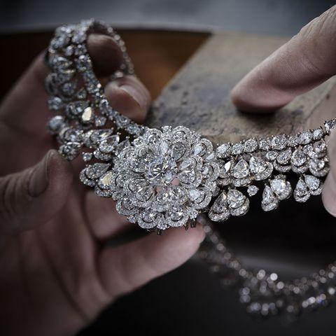"""2017年に発表され、エシカルゴールドで仕立てられた""""ガーデン・オブ・カラハリ""""ネックレス。センターストーンはボツワナのカロウェ鉱山で採れた342カラットのダイヤモンド原石からカットされたもの。"""