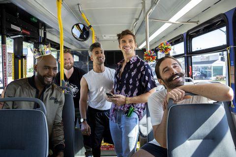 cinco hombres sonriendo en un autobús en la serie queer eye