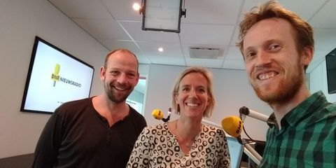Presentator Robin Rotman (links) en Frank Beijen. Midden: onderzoeker eetgedrag Anne Roefs (Universiteit Maastricht).