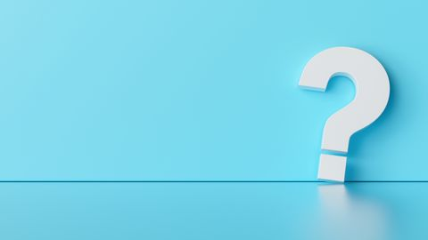 Wit vraagteken op blauwe achtergrond