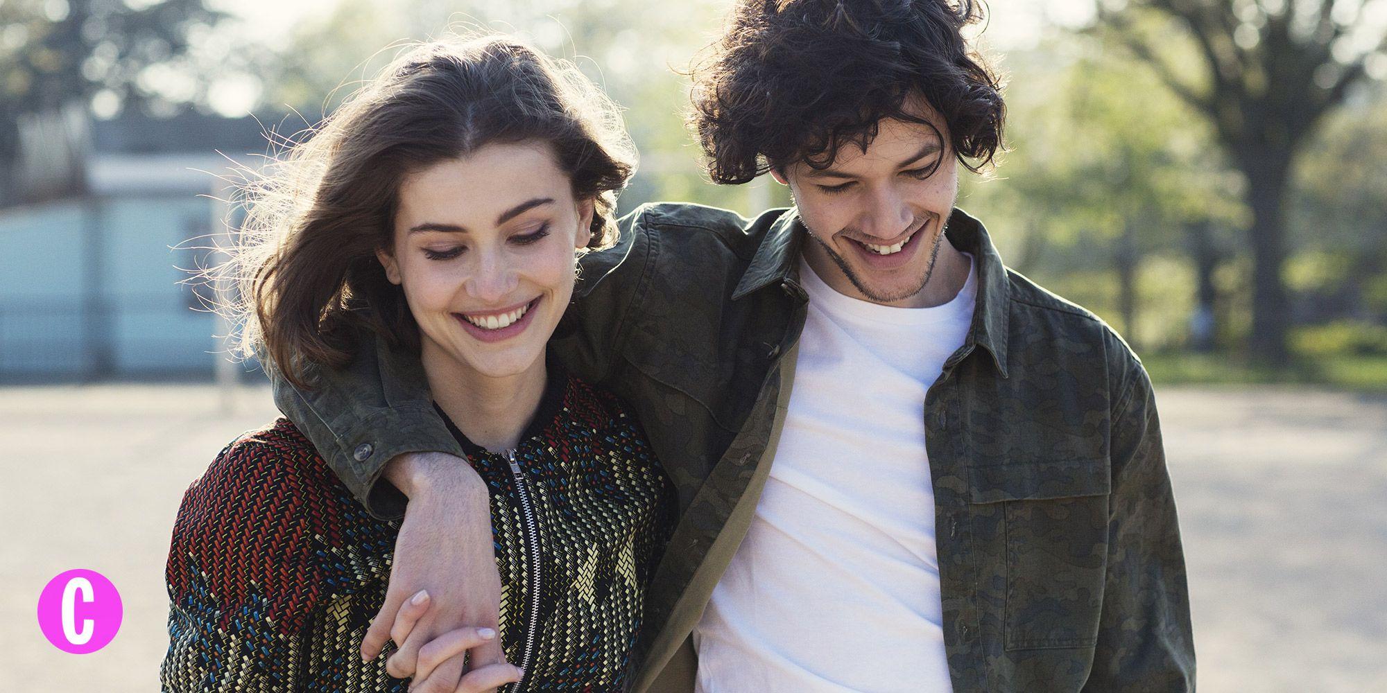 Una coppia sorridente ed affiatata