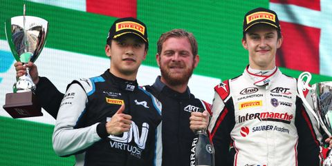 théo pourchaire y guanyu zhou en el podio del gran premio de italia de 2021
