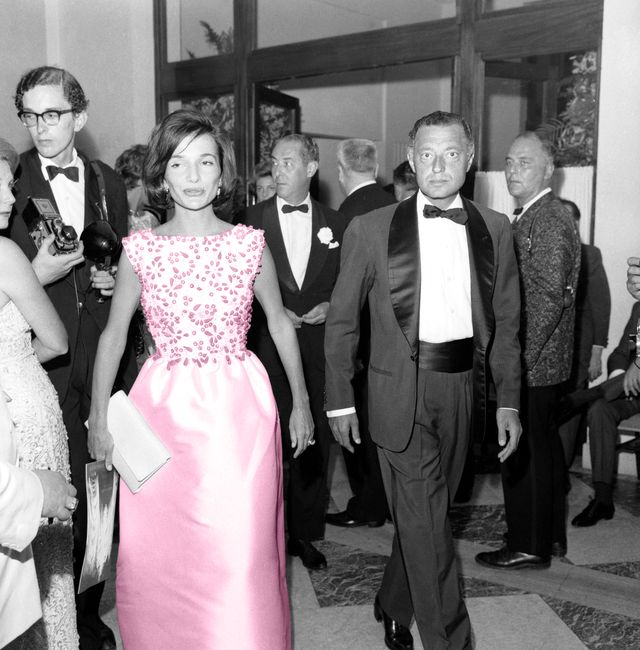 2d7rp24 lee radziwill caroline lee bouvier and gianni agnelli at the red cross gala, monte carlo principality of monaco, 11 august 1961     lee radziwill caroline lee bouvier e gianni agnelli al gala della croce rossa, monte carlo principato di monaco, 11 agosto 1961