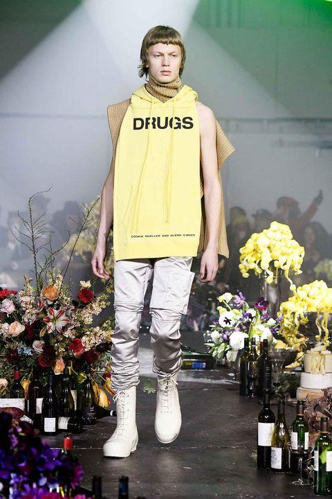Fashion, Runway, Fashion show, Yellow, Fashion model, Fashion design, Shoulder, Footwear, Event, T-shirt,