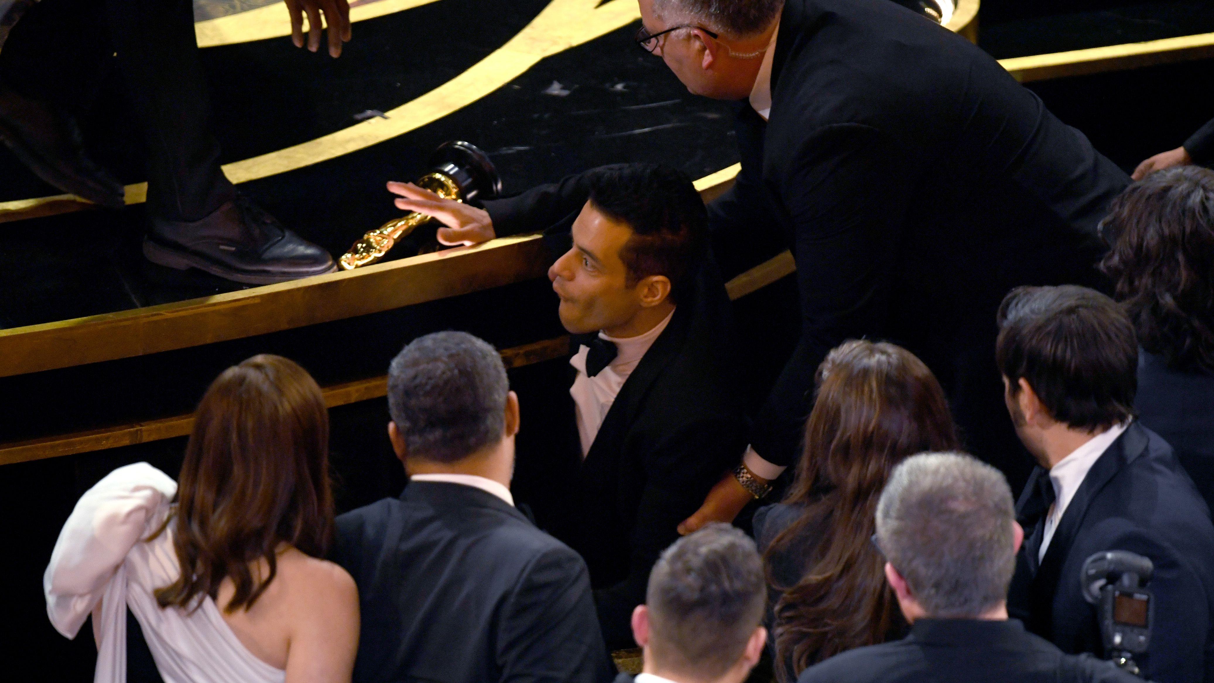 Rami Malek tropieza tras recoger su Oscar