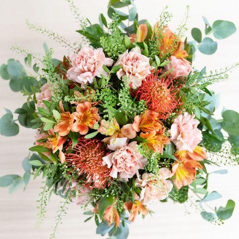 Ramo de flores en tonos coral de Colvin