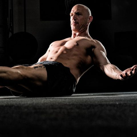 This Bobby Maximus Bodyweight Workout Obliterates Your Legs and Abs