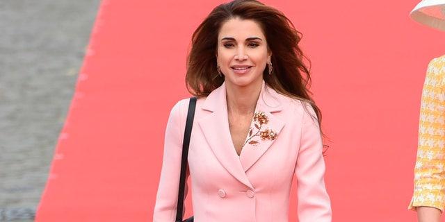 rania de jordania con un traje de chaqueta rosa