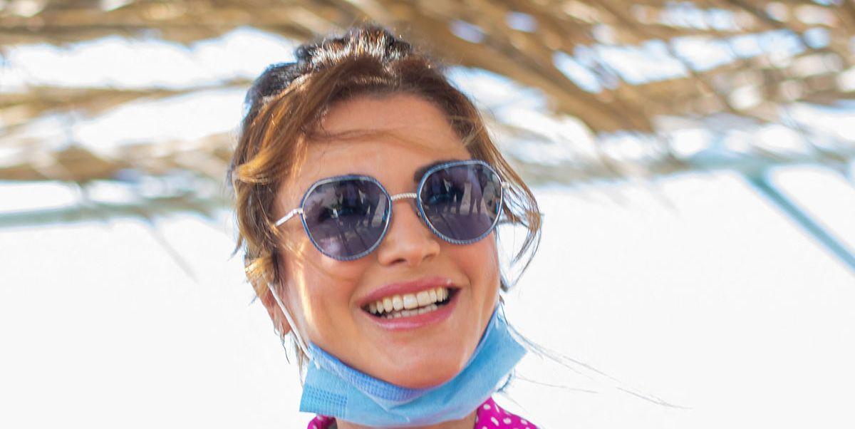 Rania de Jordania y su colorida una blusa de 850 €