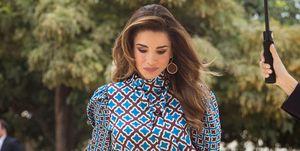 Rania de Jordania con blusa y falda estampada de Zara