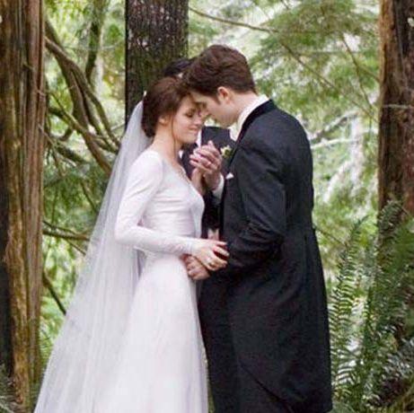 映画『トワライト・サーガ:ブレイキング・ドーンpart 1』で、ベラ(クリステン・スチュワート)とエドワード(ロバート・パティンソン)の森の中でおとぎ話のような結婚式シーン