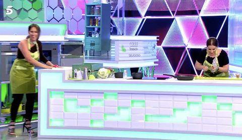 Noemí y Raquel Salazar cocinando en el programa 'Mi madre cocina mejor que la tuya'