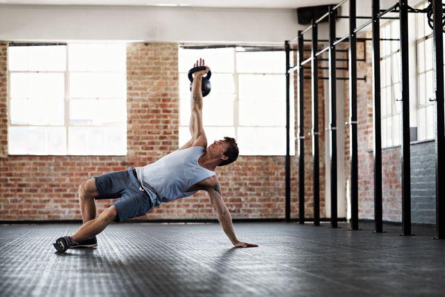 entrenamiento de abdominales con pesa rusa