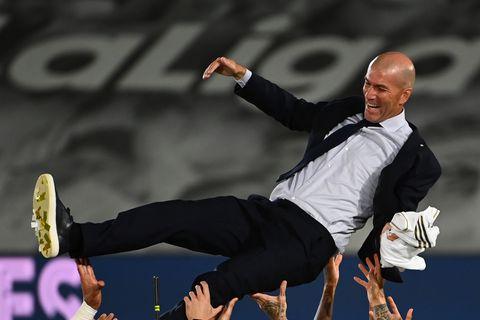 los jugadores del real madrid celebran que han ganado laliga