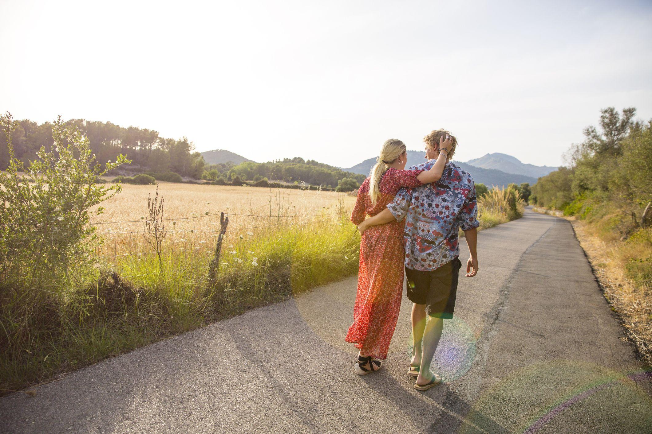 baksikt, av, romantisk, ungt par, rusler, langs, landlig vei, majorca, spania