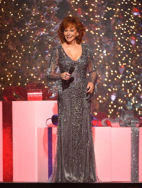 Cma Country Christmas.Reba Mcentire Stuns In A Sparkly Mini Dress At The Cma