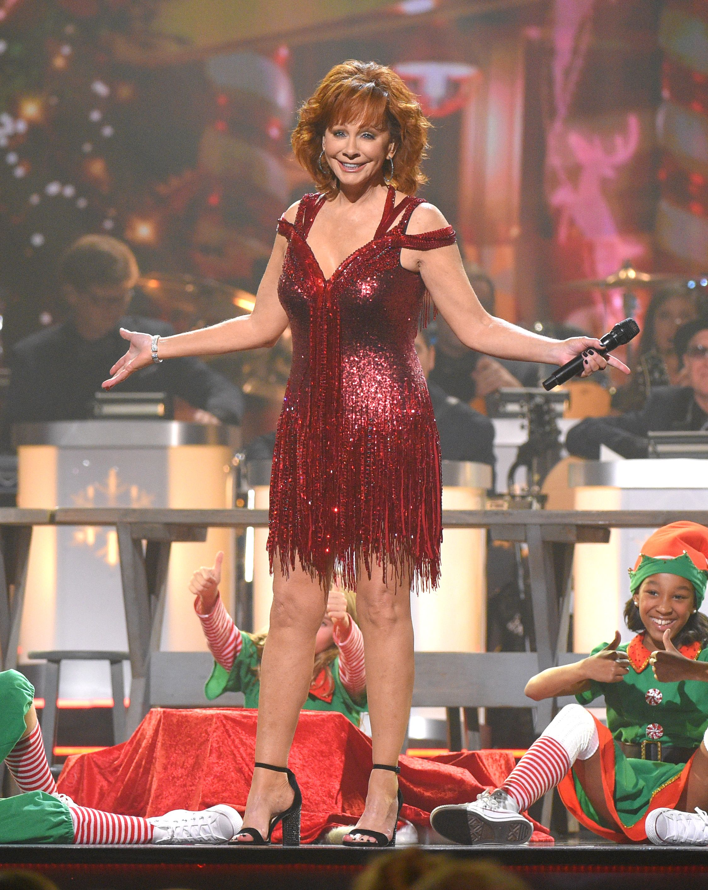 Cma Christmas Special 2019.Reba Mcentire Stuns In A Sparkly Mini Dress At The Cma