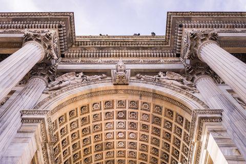 Architecture, Landmark, Classical architecture, Arch, Building, Facade, Urban area, Symmetry, Stone carving, Column,