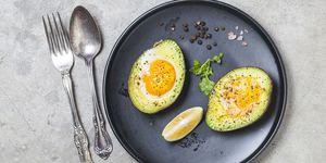 Gevulde avocado met een eitje