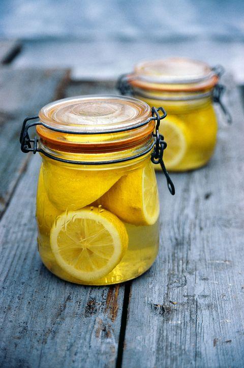 Pot met ingemaakte citroen