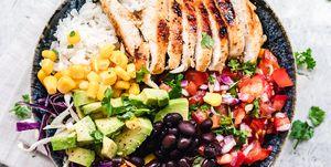 Mexicaanse rijstsalade met kip en avocado