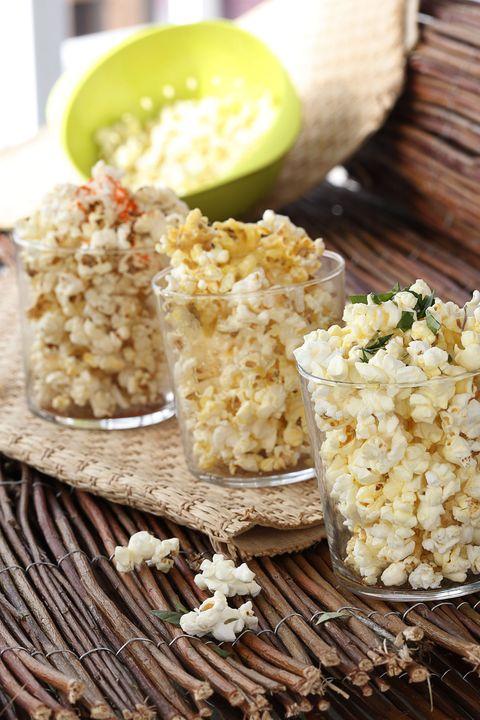 vasos de cristal llenos de palomitas de maíz