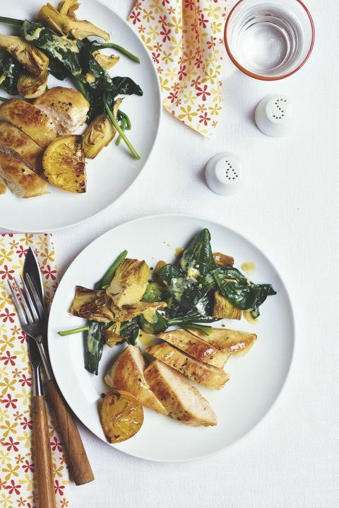 pollo con espinacas a la crema y alcachofas