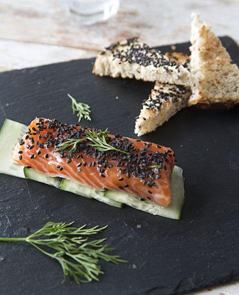 receta de salmón marinado con sésamo negro
