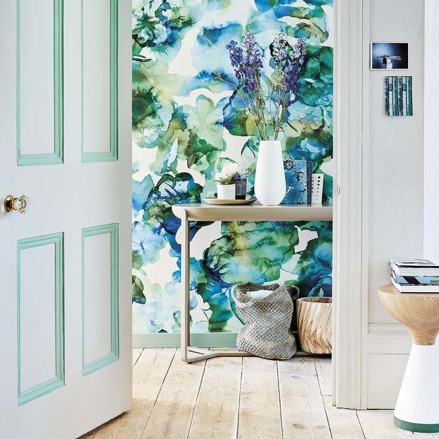 recibidor con papel pintado en verde y azul