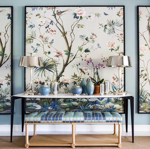 recibidor decorado con consola y papelpintado enmarcado