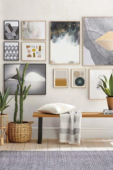 recibidor decorado con cuadros y plantas