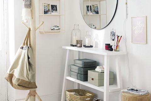 recibidor moderno con muebles blancos