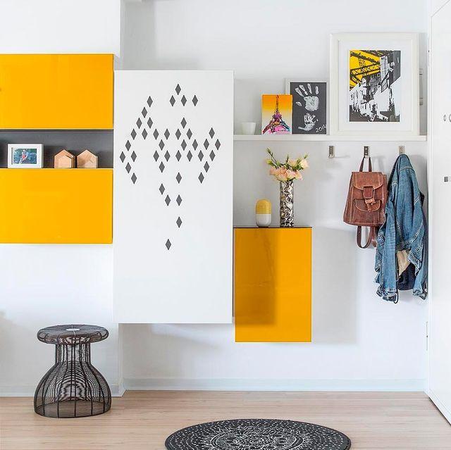 recibidor decorado en blanco y amarillo