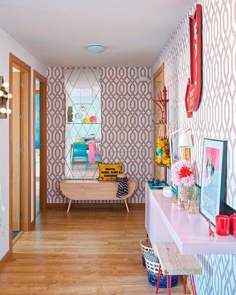 recibidor alegre decorado en tonos rosa
